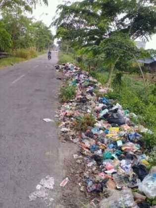 Sampah Berserakan di Jalan Pendidikan Tualang, Timbulkan Bau Tak Sedap