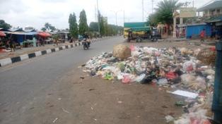 Suasana Lebaran, Tinggalkan Sampah Berserakan Sampai Kebadan Jalan