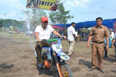 Promosi Pariwisata, Bupati Suyatno Buka Lomba Motor Cross dan Lomba Sampan