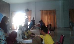 Pelamar honorer PTT Diskes Pelalawan tengah mendaftar ulang.