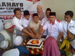 DPC Partai Gerindra memotong kue sempena HUT Partai Gerindra ke 8 di Pangkalankerinci